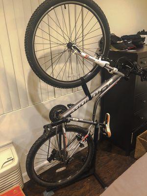 Silver Schwinn Mountain Bike (bike stand & lock included) for Sale in Los Angeles, CA