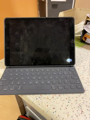 iPad Pro (10.5 in). Keyboard, pencil, and case. 256 GB for Sale in Clinton, MS