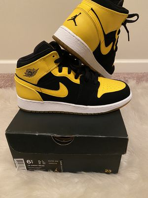 Air Jordan Retro 1 Mid Black & Yellow for Sale in Atlanta, GA