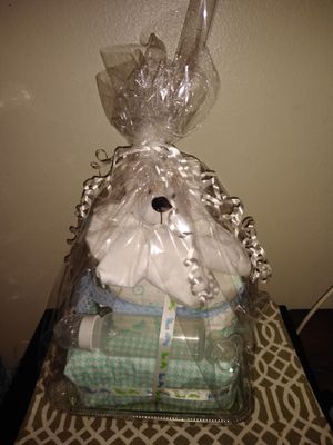 Diaper cake 35 newborn pampers diapers 🐣🐥 for Sale in West Valley City, UT