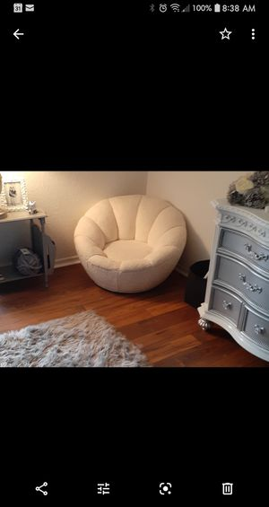 Cream colored swivel gaming chair for Sale in Sanford, FL