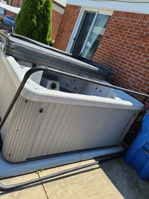 Hot tub for Sale in Dearborn Heights, MI