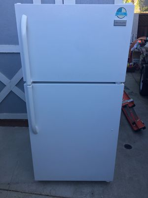 Frigidaire White Refrigerator (Excellent Condition) for Sale in Brentwood, CA