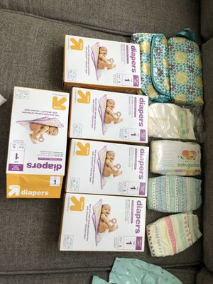 Baby bundle-newborn diapers samples (target brand and honest )large bag of baby clothes, changing pad with covers etc for Sale in BVL, FL