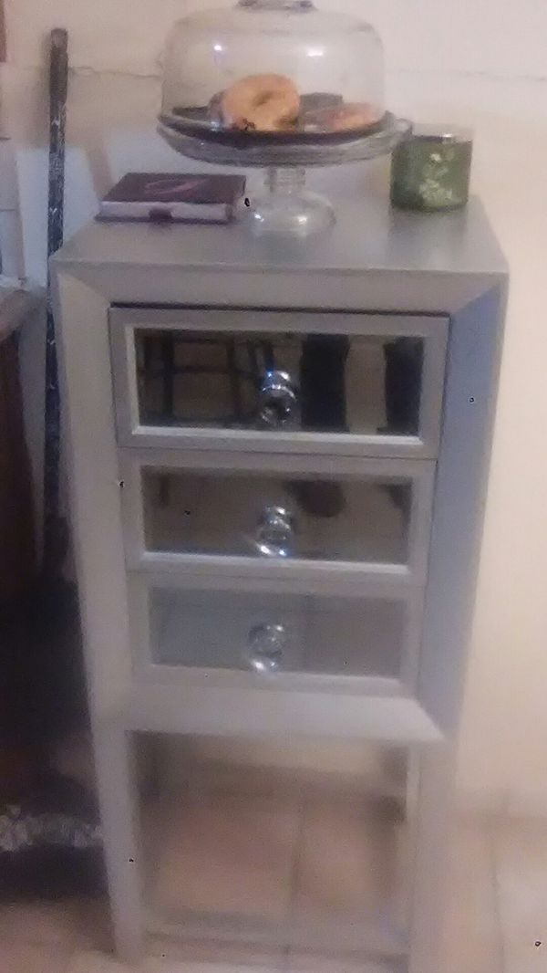 3 drawer shelf. Very cute