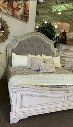 🔥Best Price Brand🆕️ Realyn Chipped White Bedroom Set for Sale in Alexandria,  VA