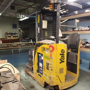 Yale NR040 Electric Reach Forklift 4K # 3S SS w/Charger $6,000 obo for Sale in Houston, TX