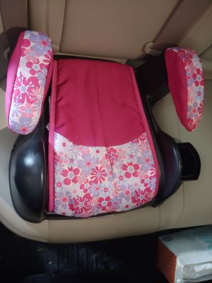 Booster Car Seat with a snack/ water bottle holder for Sale in Marietta, GA