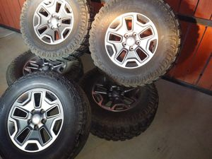 """5 17"""" matching wheel of a 2016 Rubicon with 4 new 285/70R17 tires. for Sale in Hemet, CA"""