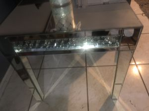Mirrored and Diamond end table for Sale in Orlando, FL