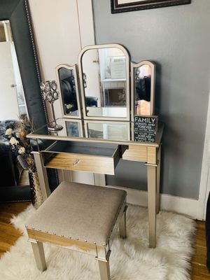 Beautiful vanity desk makeup ❤️💕 for Sale in South Gate, CA