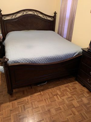 Like New King Size Bedroom with Dresser and Mirror for Sale in Mount Vernon, NY