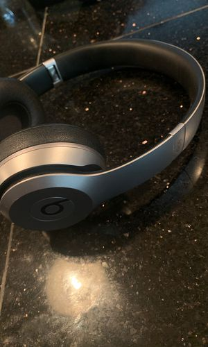 Special Edition Sliver Beats Solo 2 Wireless Headphones for Sale in San Marcos, TX