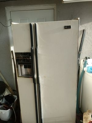 White side-by-side refrigerator with automatic ice maker for Sale in Avon Park, FL