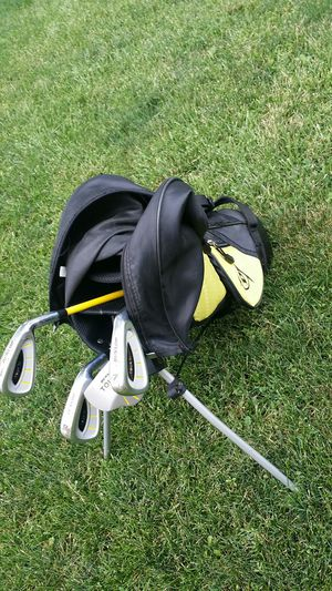Child's golf clubs and bag for Sale in Chicago, IL