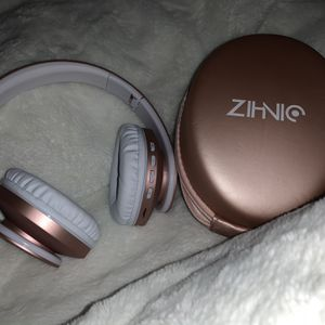 Rose Gold Wireless Headphones (BRAND NEW) for Sale in Corona, CA