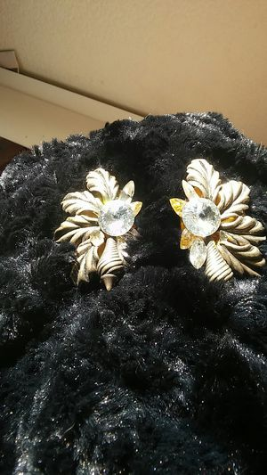 BEAUTIFUL CRYSTALS AND GOLD LEAF EARRINGS for Sale in Soledad, CA