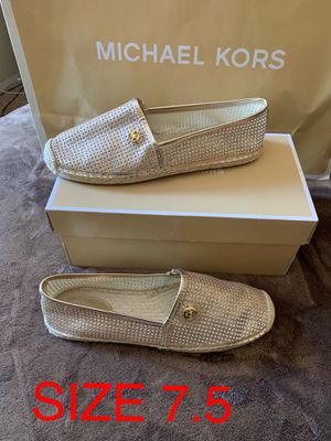 MICHAEL KORS DORADOS SIZE 7.5 $60 Dlls NUEVO ORIGINAL for Sale in Fontana, CA