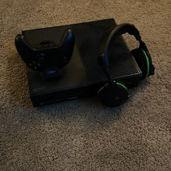 XBOX One w/Headset and Charger for Sale in Nashville,  TN