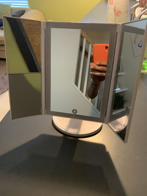 Makeup mirror w lights for Sale in Richmond, VA