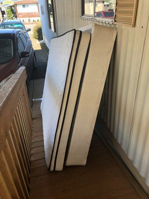 Great queen mattress and box springs. Clean. 3 months old. No stains for Sale in Dundee, OR