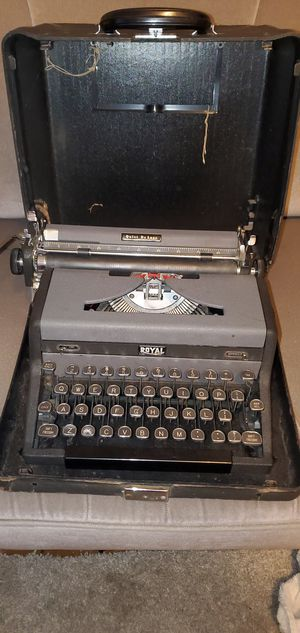 1948 Royal Quiet De Luxe (Vintage antique typewriter) for Sale in Nanticoke, PA