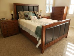 Bedroom set with queen size frame for Sale in San Diego, CA