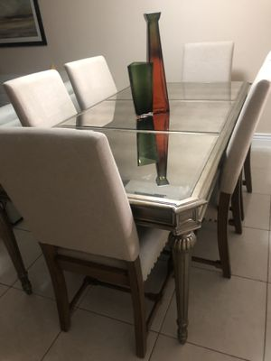 Table from Macys-3 years old Excellent Condition!! $500 for Sale in Pompano Beach, FL