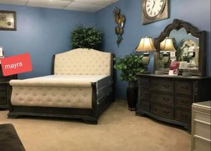 ((4pc queen bedroom set. Dresser mirror nightstand bed frame.. delivery available for Sale in Katy, TX