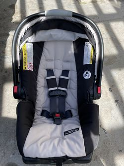 Graco SNUGRIDE click connect infant car seat for Sale in Fresno,  CA