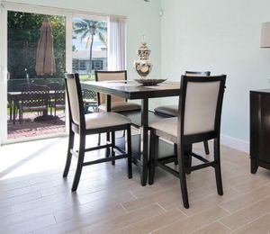 Beautiful dining kitchen table with 4 chairs for Sale in Miramar, FL