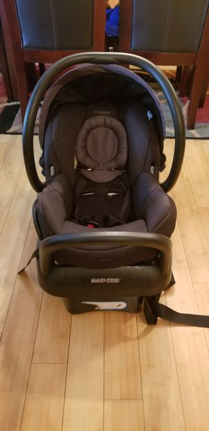 Maxi cosi infant car seat with the base for Sale in Wheeling, IL