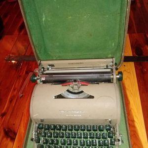 Antique original 1952 Remington Quite Riter Type Writer with case. Excellent condition. for Sale in Hialeah, FL