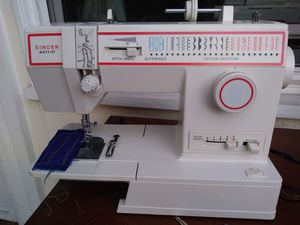 FANTASTIC SINGER SEWING MACHINE for Sale in Garden Grove, CA