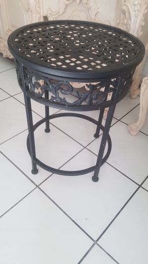 $45.00 - Gorgeous Iron Accent Table - Indoors or Patio for Sale in Miami, FL