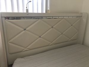 3 pc Queen Bed set w/box spring for Sale in Miami, FL