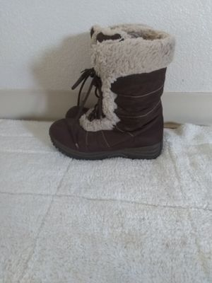 Woman snow boots size 7 for Sale in Madera, CA