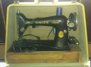 Vintage Singer Sewing Machine With Carry Case for Sale in Hudson, FL