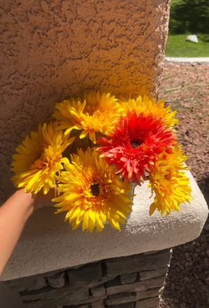 Artificial flowers with clear vase for Sale in Las Vegas, NV