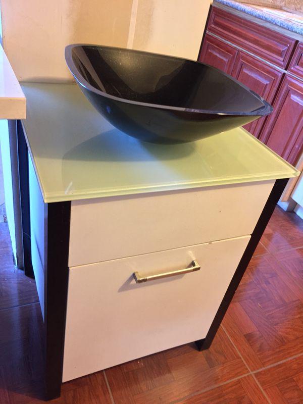 Kitchen vanity's quartz canibents pine counter tops