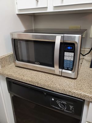 Oster 1100w Microwave for Sale in San Antonio, TX