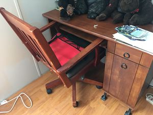 Computer desk with chair for Sale in Arrington, VA
