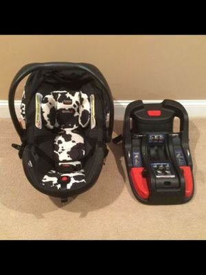 Britax car seat - Britax B-Safe 35 Elite Infant Car Seat & Base, Cowmooflage for Sale in Chicago, IL