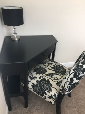 Black corner desk with lamp and chair for Sale in Miami, FL