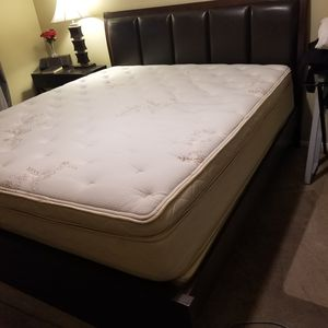 King sized bed with mattress for Sale in Moreno Valley, CA