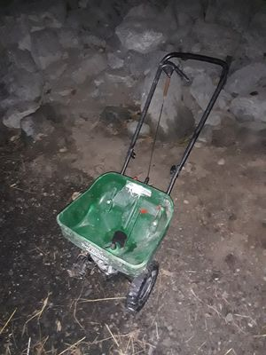 Scotts turf builder spreader 23lb capacity for Sale in Anchorage, AK