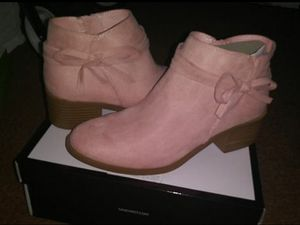 New in box girls boots size 5 for Sale in Victorville, CA