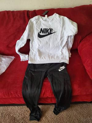 Nike WOMEN'S SWEATSUIT for Sale in Virginia Beach, VA