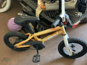Small orange bike w/training wheels for Sale in Murrieta, CA
