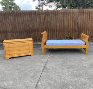 Twin Sleigh Bed and Dresser. Excellent condition. for Sale in Cypress Gardens, FL